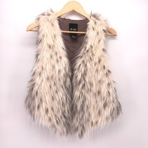 Me Jane faux fur vest in gray and cream